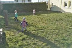 Spielen auf der Wiese beim Narrenbaumzieren